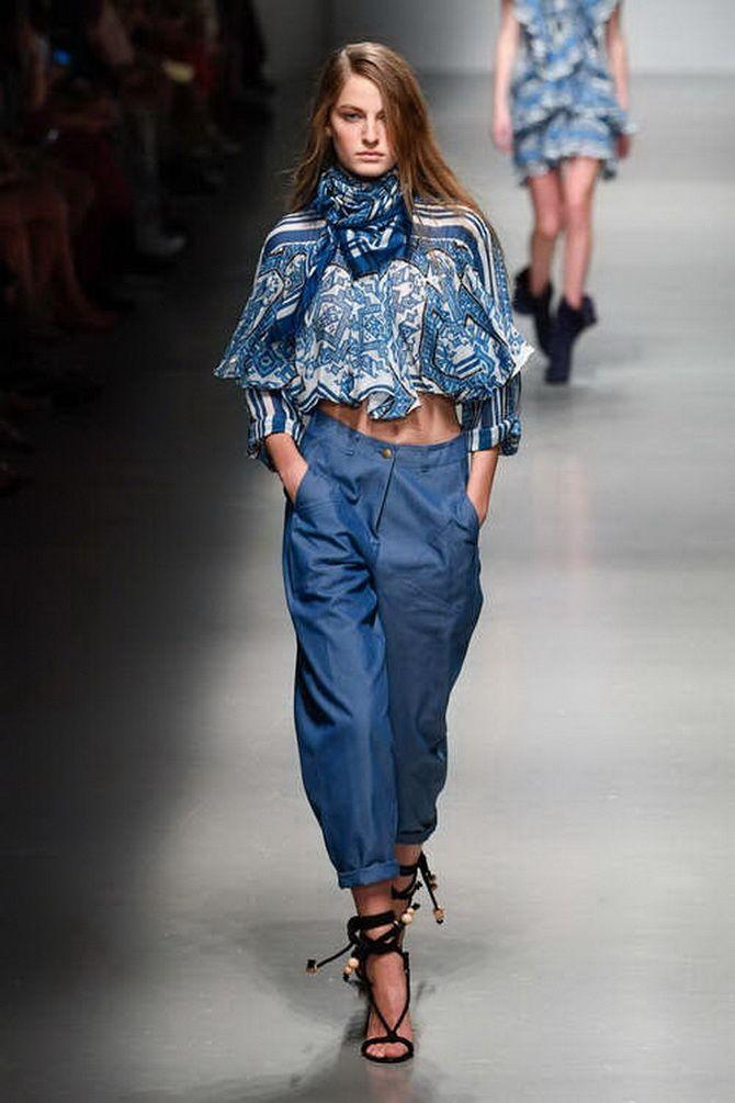 З чим носити джинси-банани в 2021 році: 45 модних ідей 39