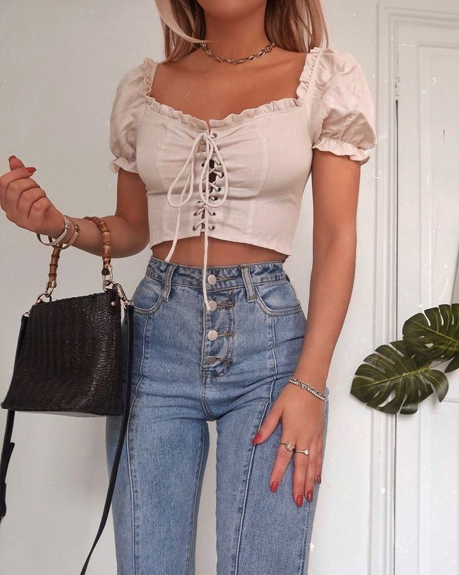 джинсы с высокой талией и кроп топ