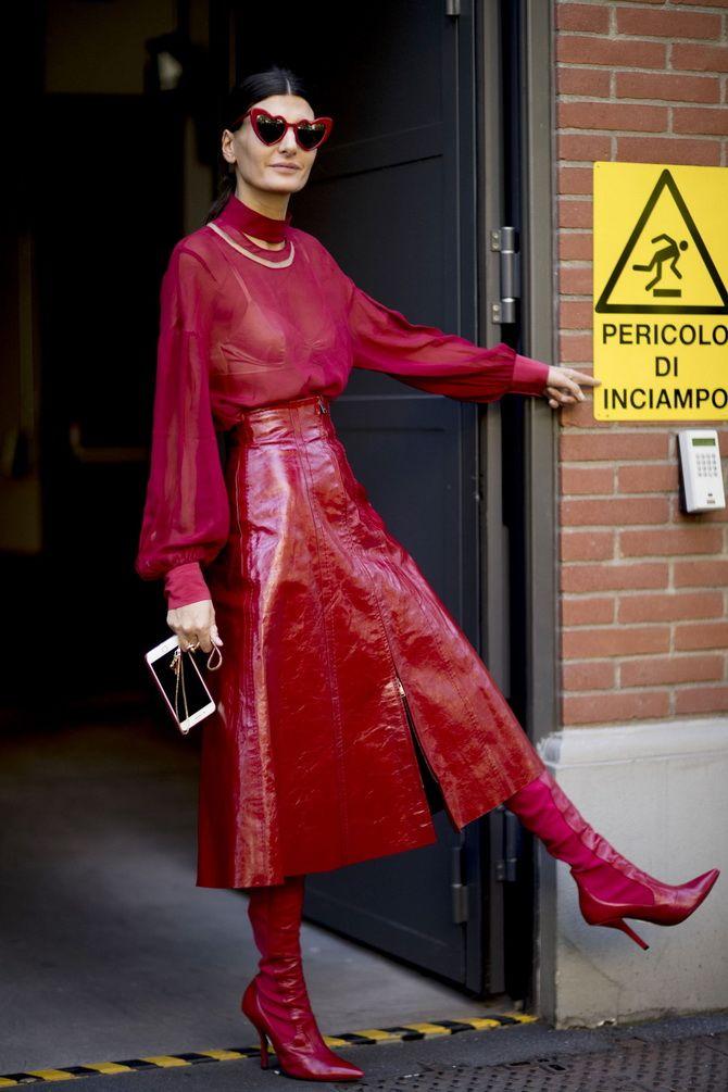 красная юбка из кожи