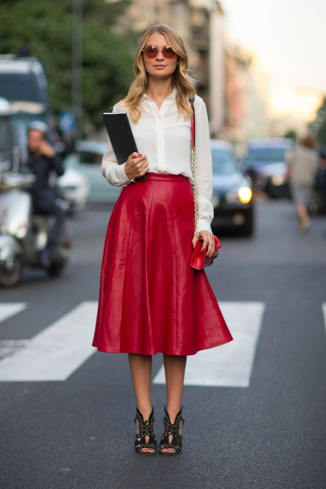 вишневая юбка из кожи