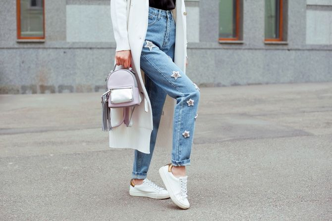 кроссовки и джинсы