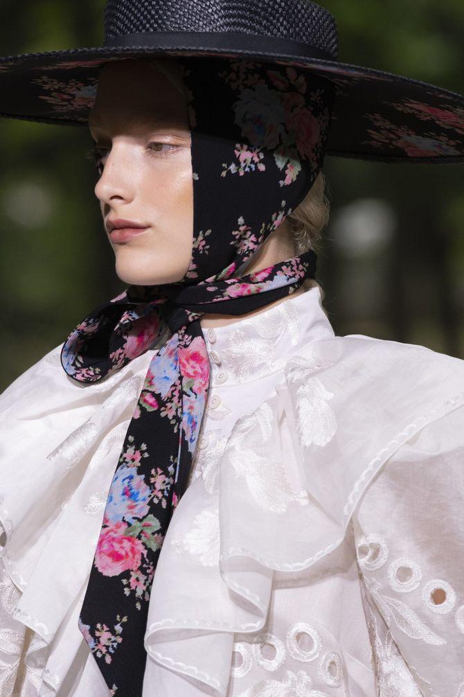широкополая шляпа и платок