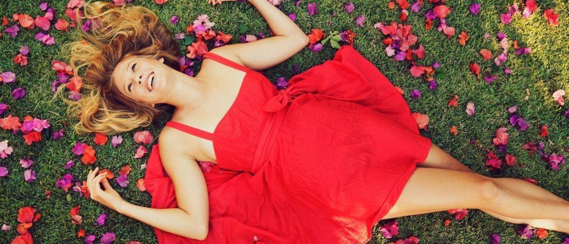 Красное платье на выпускной 2021-2022: подбираем фасон и оттенок