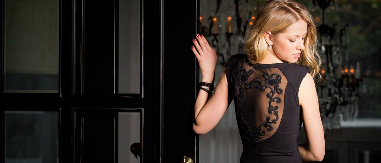 Чорна сукня на випускний 2021-2022: новинки і трендові моделі