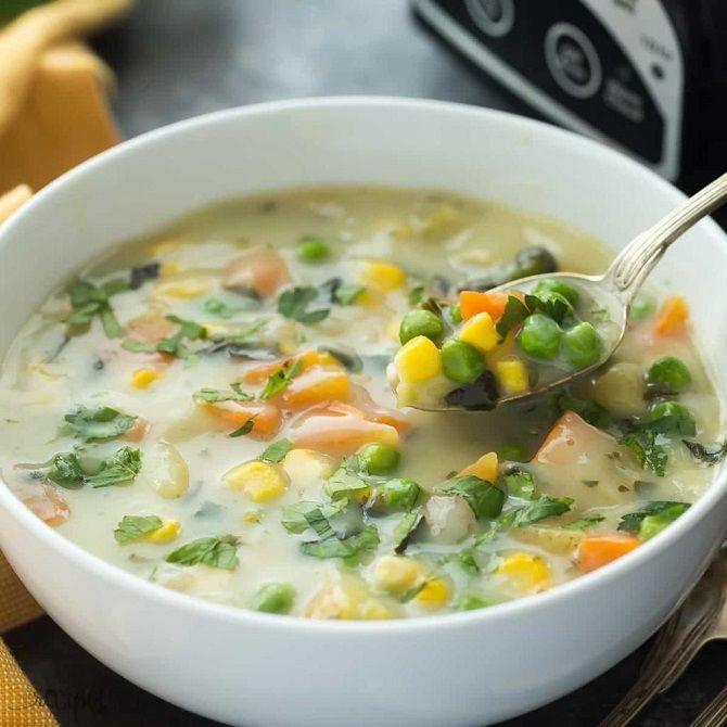 Сырный суп с овощами и яйцом
