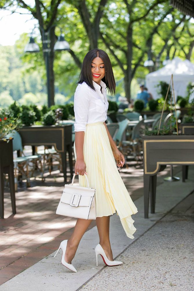 белая блуза с плиссированной юбкой