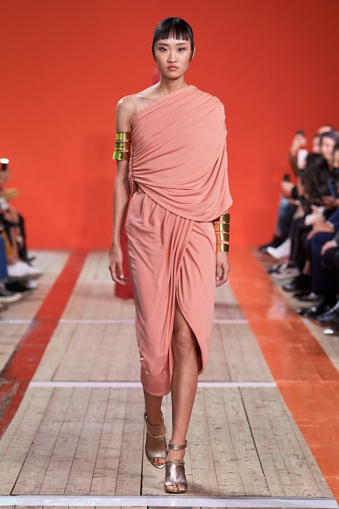 Платья с драпировкой на плече