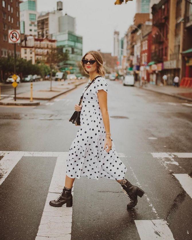 платье в горошек и грубые ботинки на каблуке