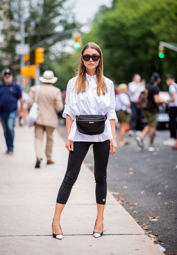 Schwarze Leggings und ein weißes Hemd