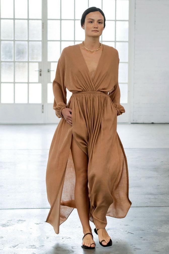 Нюдовое платье с драпировкой