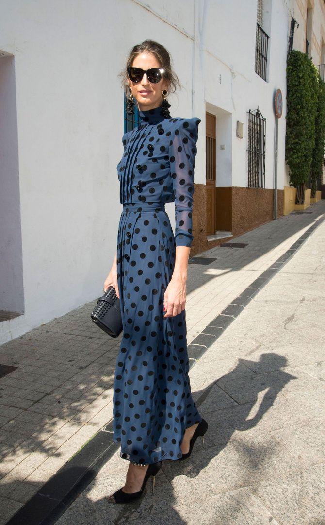 синя сукня в горошок