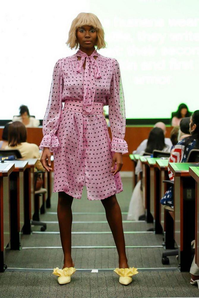 рожева сукня в горошок