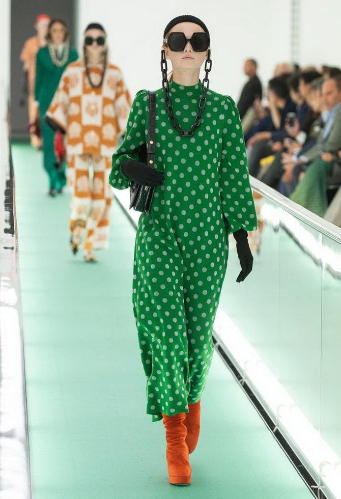 зелена сукня в горошок