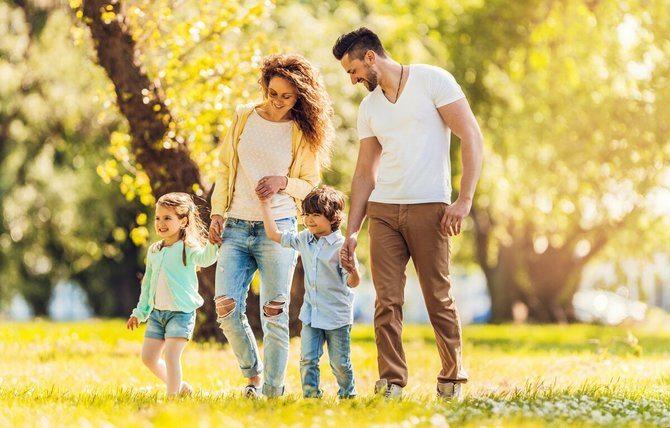 сім'я на прогулянці