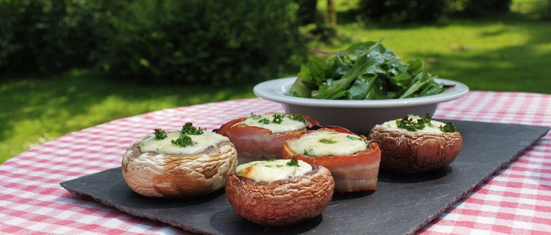 Шампиньоны на мангале, фаршированные сыром с чесноком