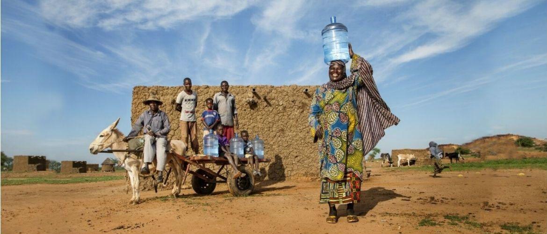Сім'ї з різних кінців світу показали, скільки вони вживають води щодня