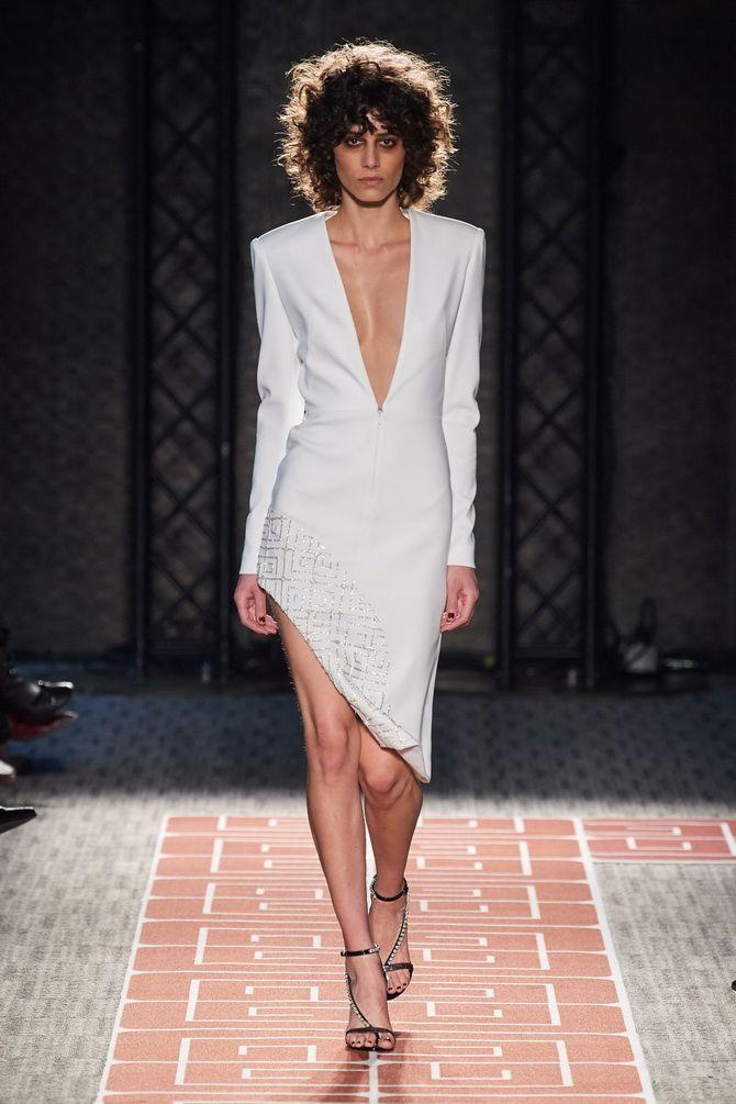 Сукня з V-подібним вирізом