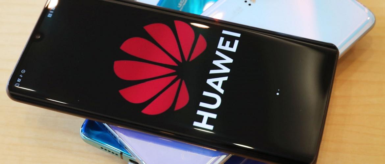 Huawei разрабатывает смартфон с виртуальными кнопками и подэкранной камерой