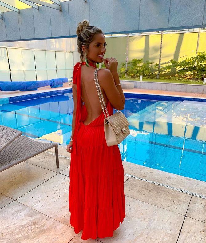 красное платье с вырезом сзади
