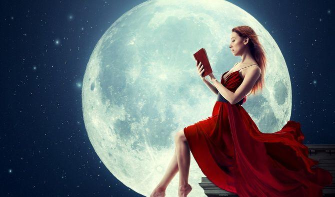 луна девушка с книгой