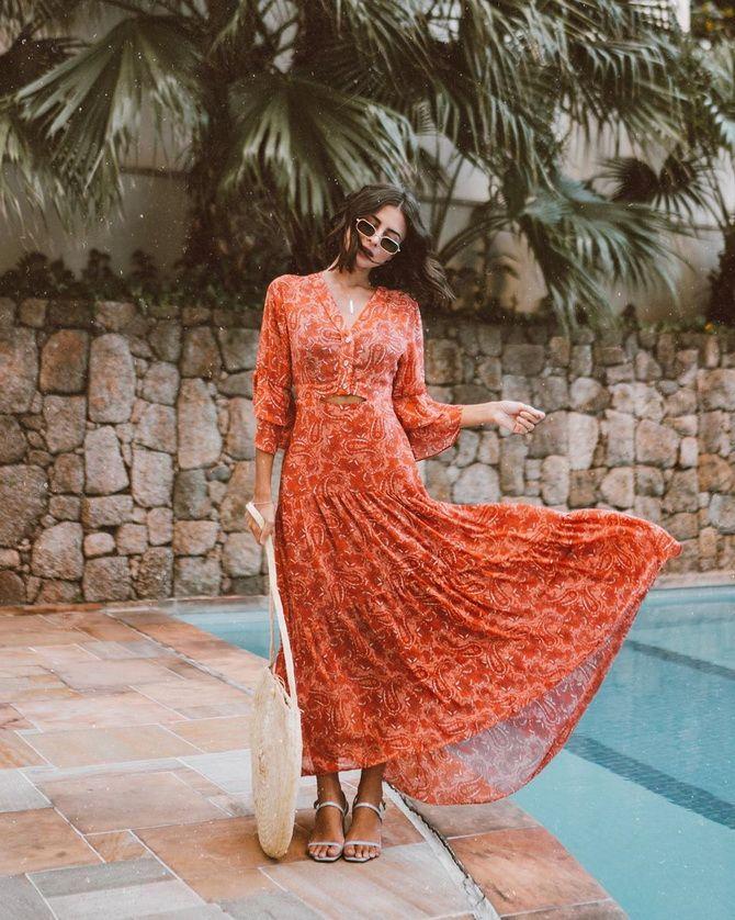 длинное платье с вырезом
