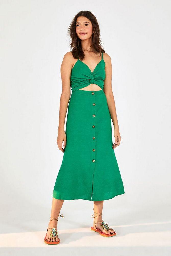 платье с вырезом и рукавами
