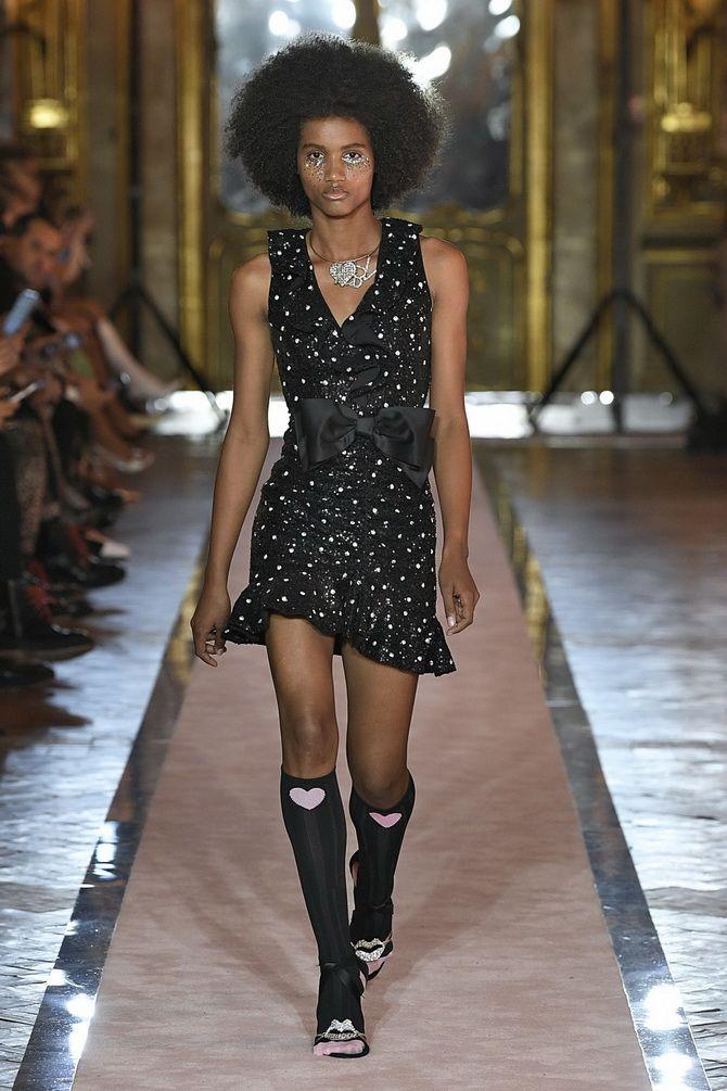 черное платье с V-образным вырезом