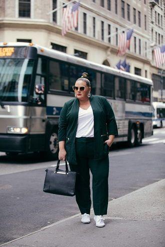 Нарядные, деловые и для отдыха: летние костюмы 2020 для полных 64