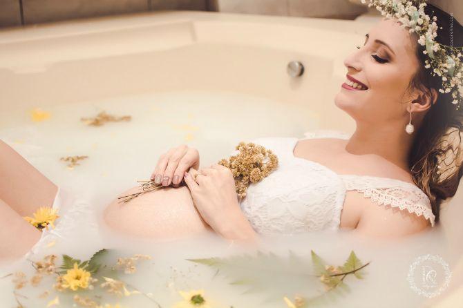 вагітна лежить у ванній