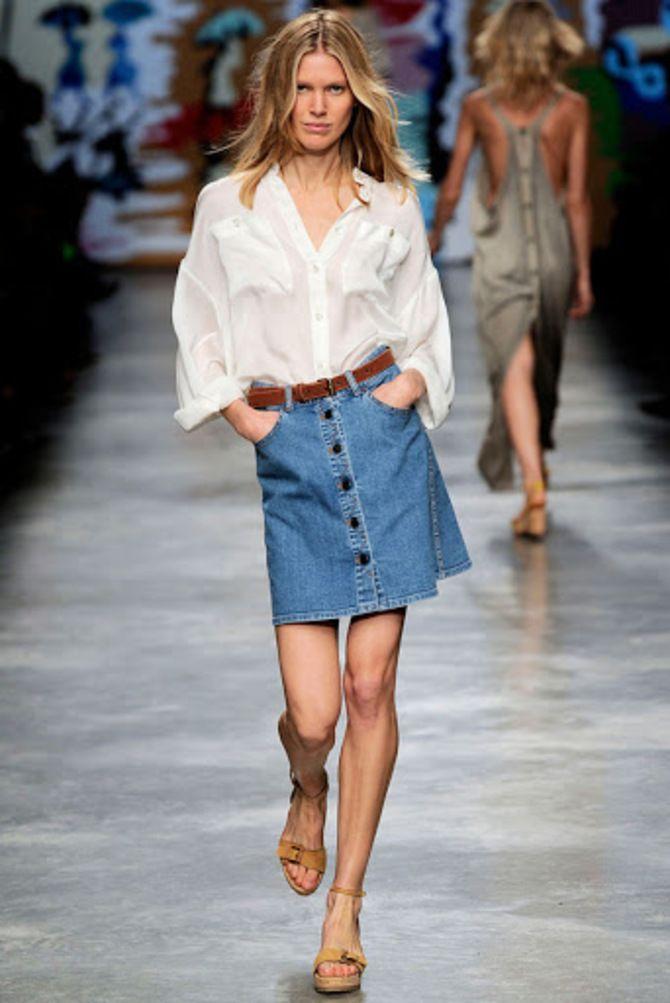 С чем носить короткую юбку: модные образы 2021-2022 1