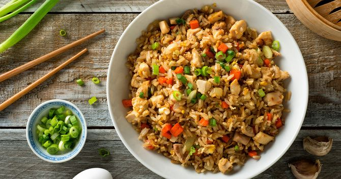 Смажений рис з куркою, цибулею та горошком