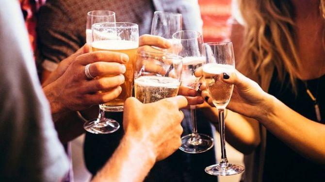 шампанське в бокалах