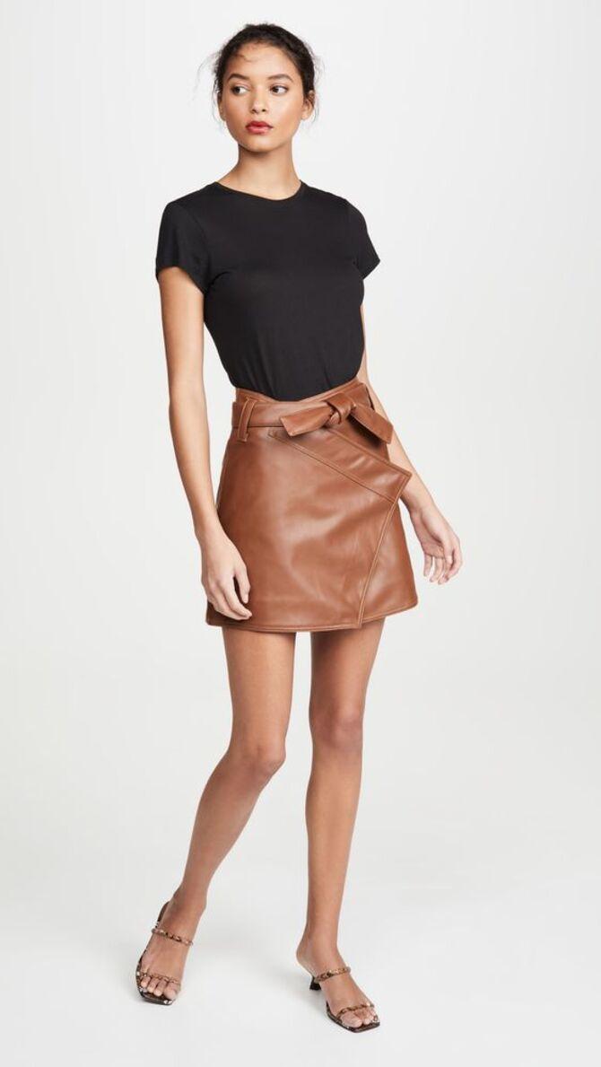 С чем носить короткую юбку: модные образы 2021-2022 57