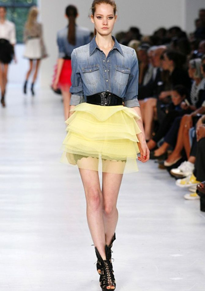 Модные мини-юбки с оборками 2021-2022 2