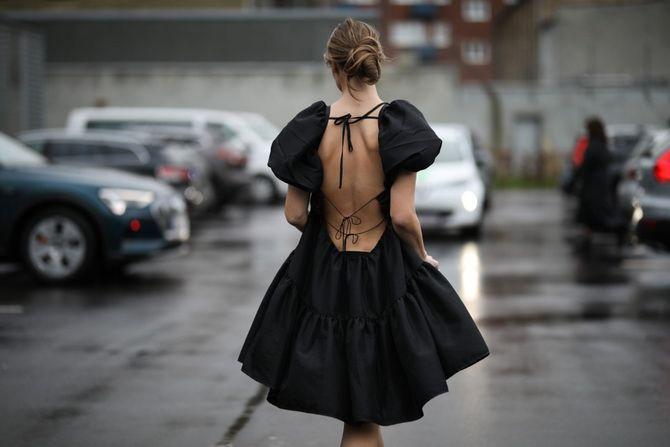 Широкие и роскошные: самые модные расклешенные платья 2021-2022 года 22