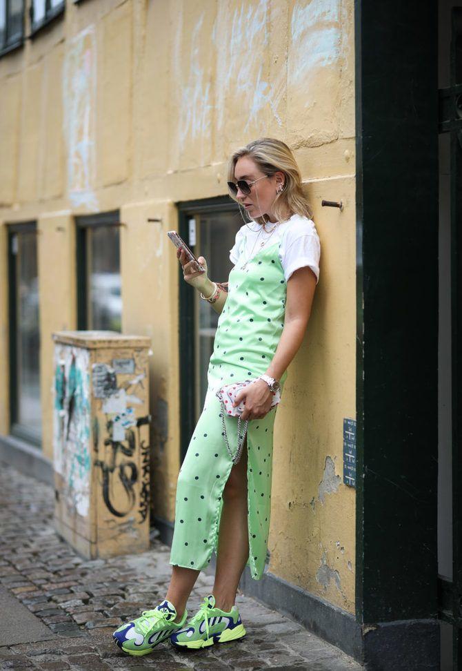 Платье с кроссовками: модные луки 2021-2022 8