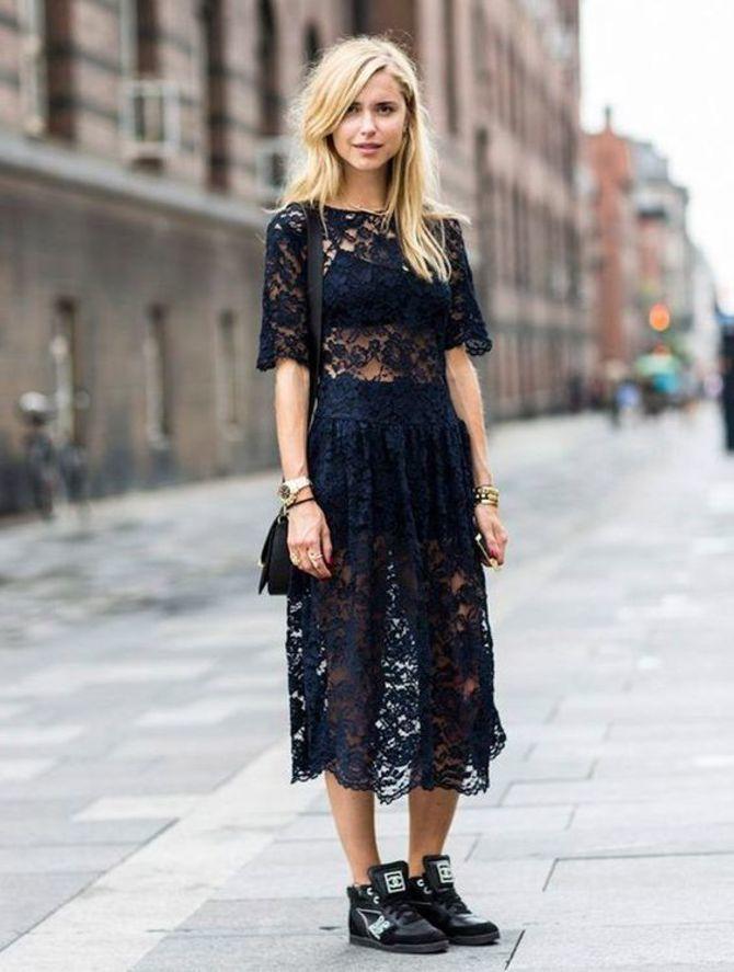 Платье с кроссовками: модные луки 2021-2022 10