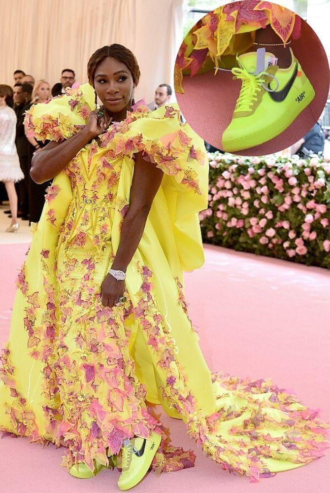 Платье с кроссовками: модные луки 2021-2022 11