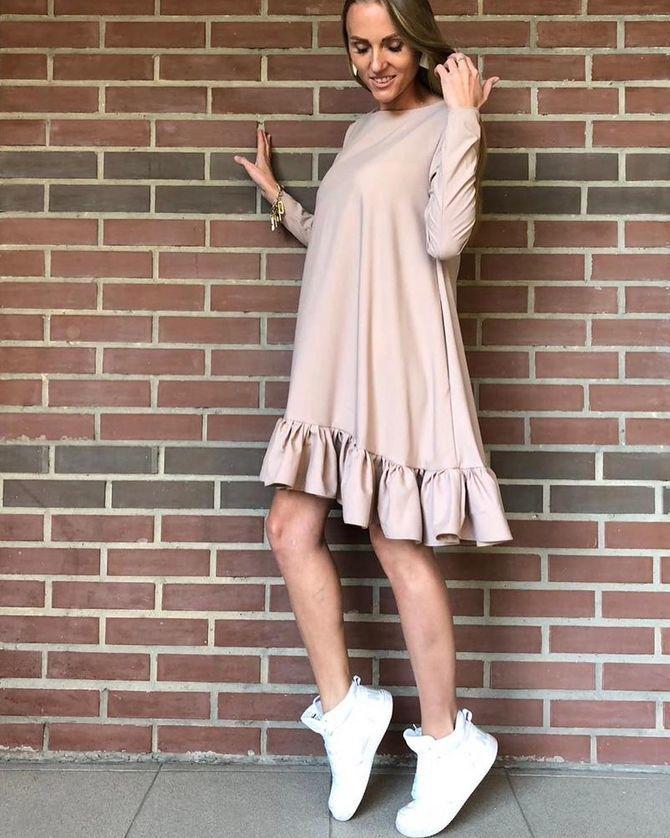 Платье с кроссовками: модные луки 2021-2022 13
