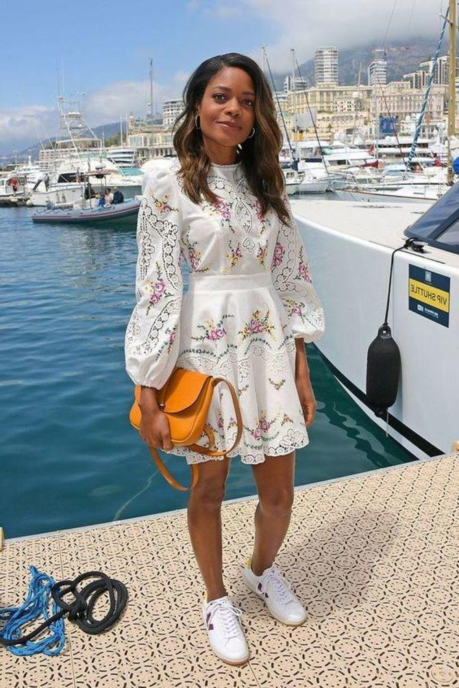 Платье с кроссовками: модные луки 2021-2022 12