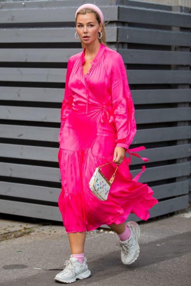 Платье с кроссовками: модные луки 2021-2022 2