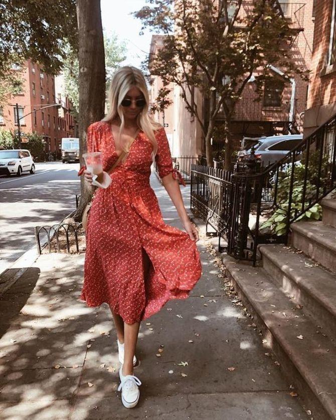 Платье с кроссовками: модные луки 2021-2022 21
