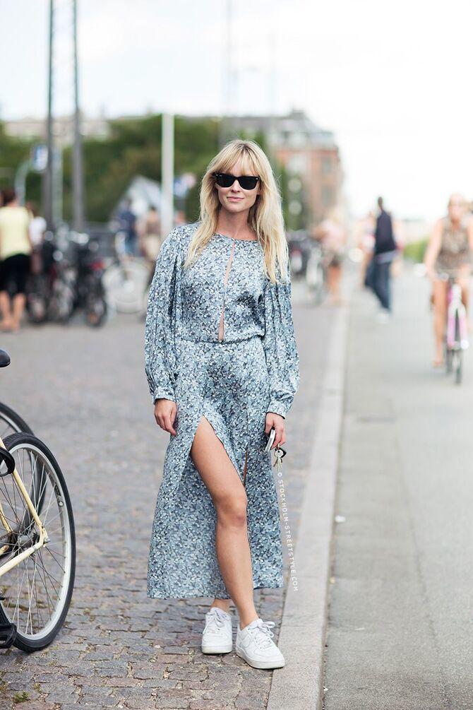 Платье с кроссовками: модные луки 2021-2022 26