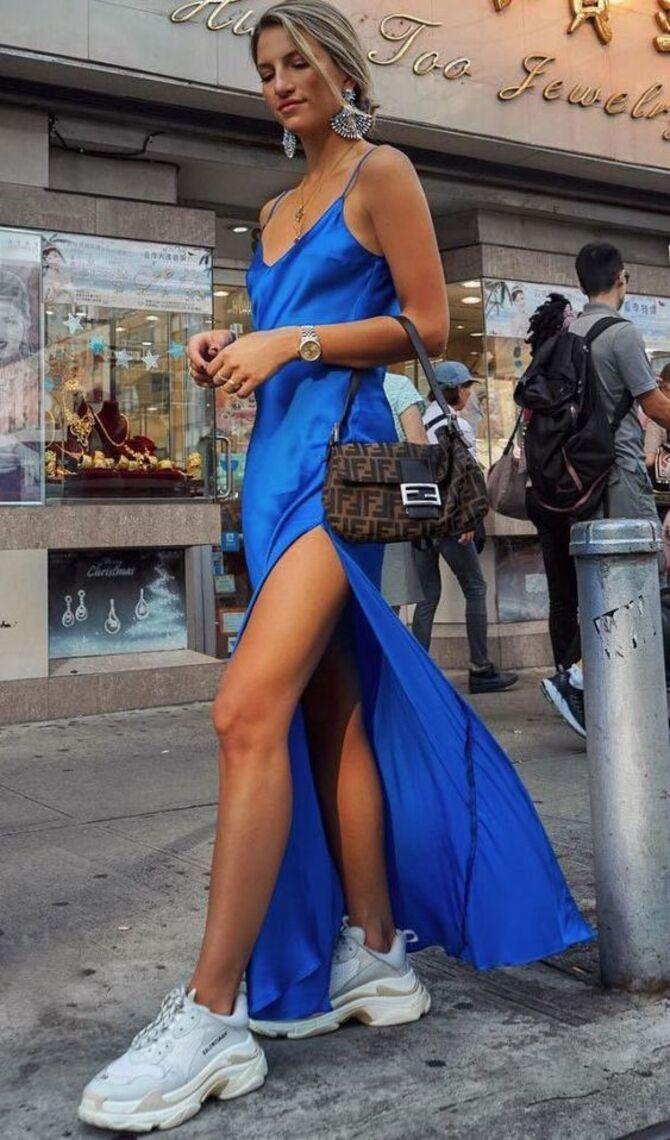 Платье с кроссовками: модные луки 2021-2022 28