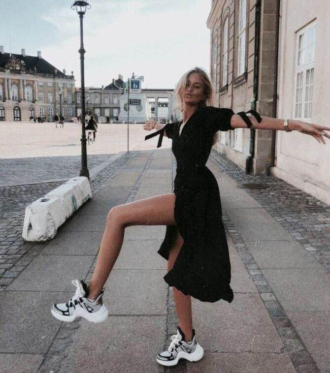 Платье с кроссовками: модные луки 2021-2022 29