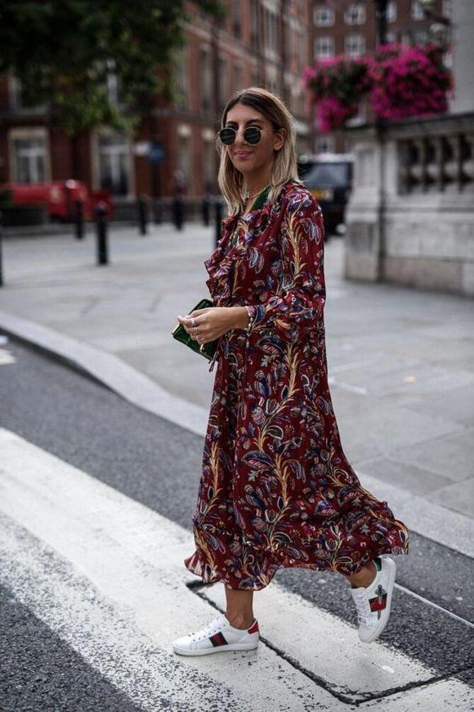 Платье с кроссовками: модные луки 2021-2022 30