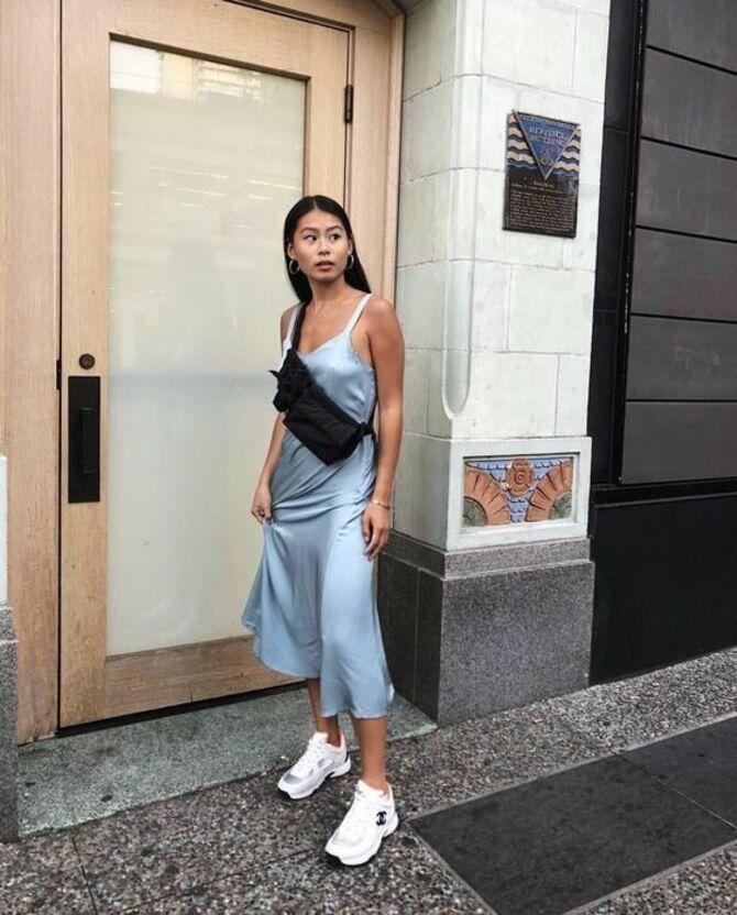 Платье с кроссовками: модные луки 2021-2022 33