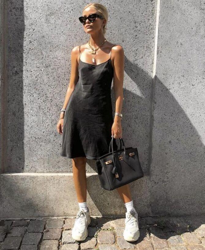 Платье с кроссовками: модные луки 2021-2022 35