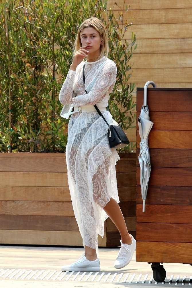 Платье с кроссовками: модные луки 2021-2022 4