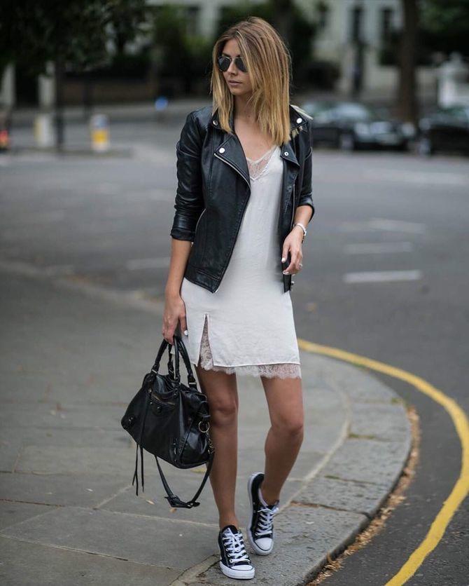 Платье с кроссовками: модные луки 2021-2022 43
